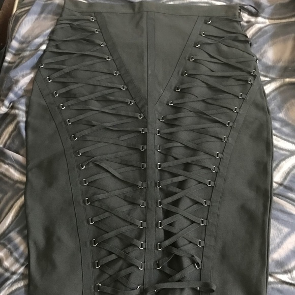 LIKE NEW BOOHOO PREMIUM Lace-Up Skirt